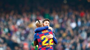 Leo Messi i Arturo Vidal, piłkarze FC Barcelony