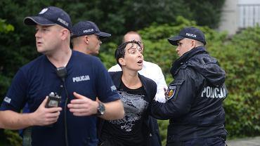 Klementyna Suchanow skuta przez policjantów podczas 'Wiecu na zakazanej ziemi' (18.07.2018, Warszawa)