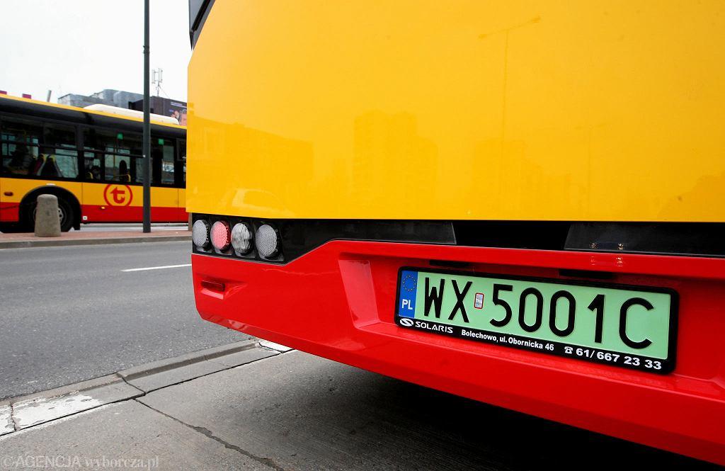 Elektryczny przegubowiec marki Solaris w barwach MZA  z zielonym tłem tablic rejestracyjnych