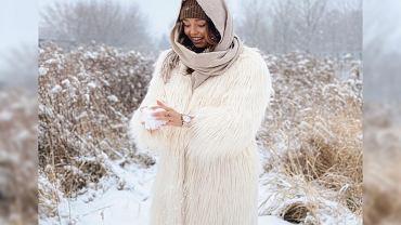 Izabella Krzan w płaszczu z Reserved