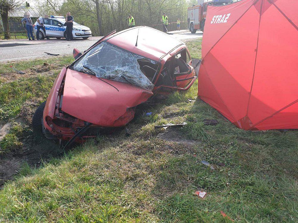 Karolew. Mężczyzna zjechał ze swojego pasa i uderzył w nadjeżdżające auto. Nie żyje 51-latek