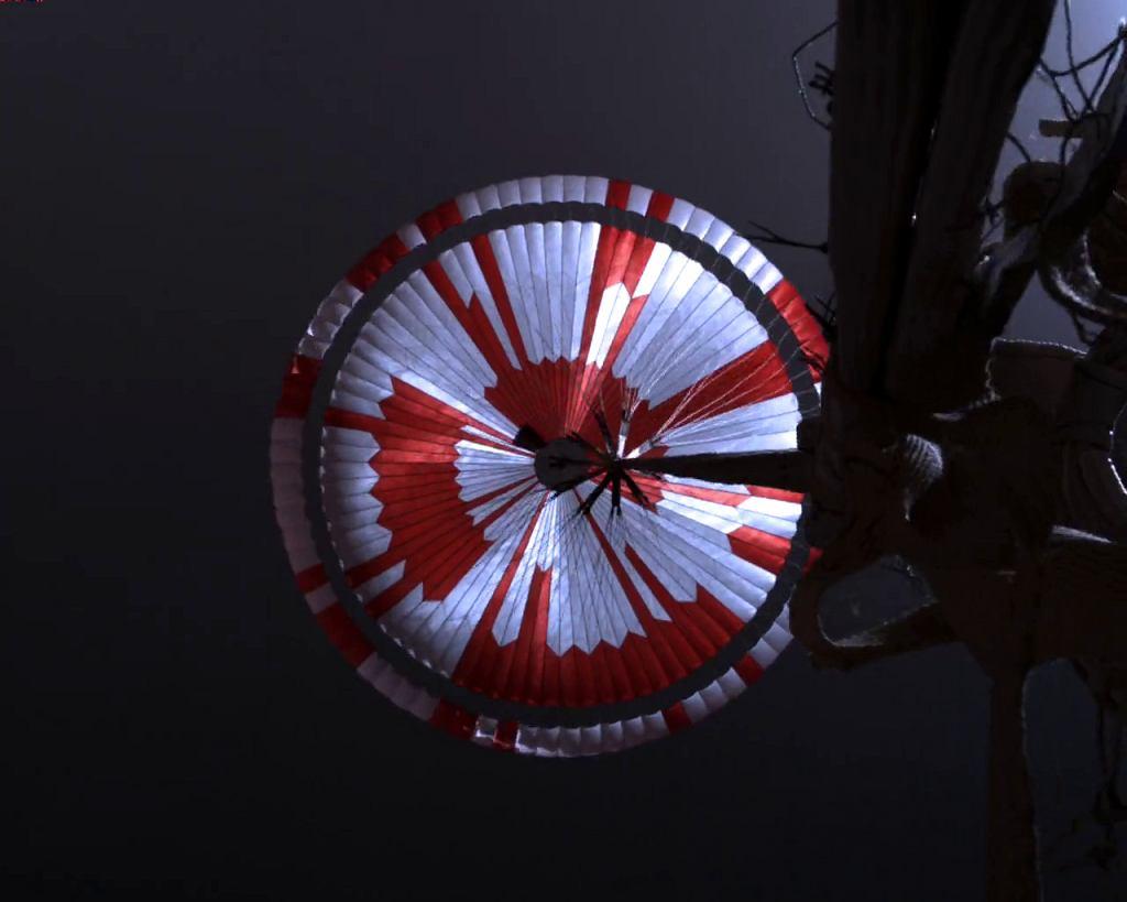 Spadochron łazika Perseverance - zdjęcie zrobione podczas lądowania na Marsie