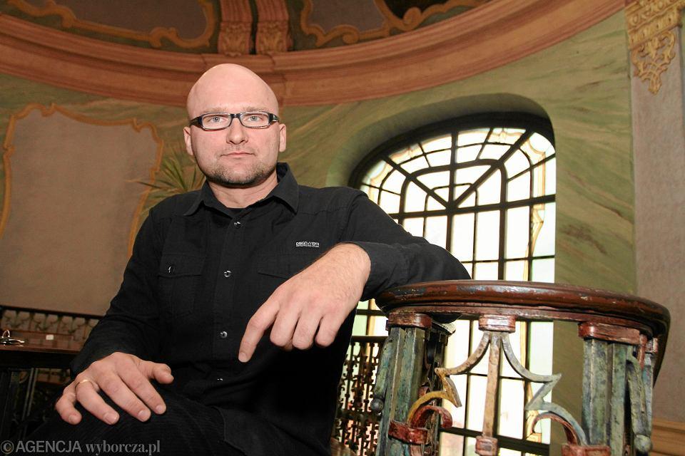 Tomasz Piekot z Pracowni Prostej Polszczyzny Uniwersytetu Wrocławskiego wraz z zespołem zajmuje się tłumaczeniem zawiłych tekstów urzędowych