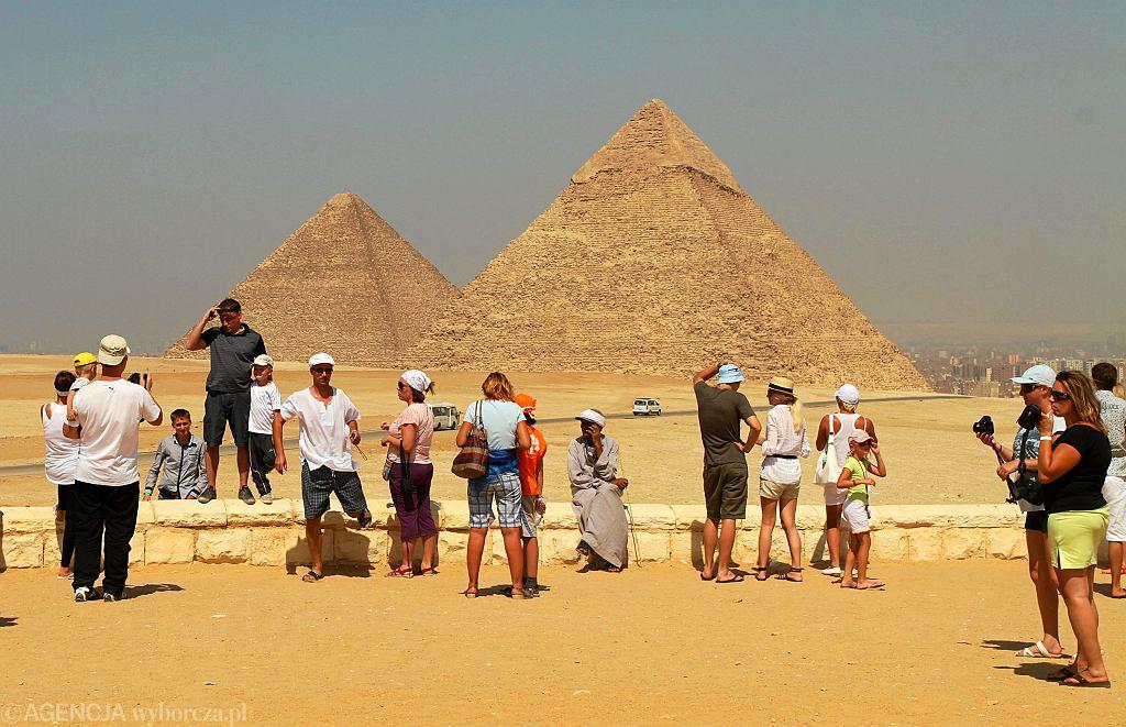 2011: Polscy turyści pod piramidami w Gizie