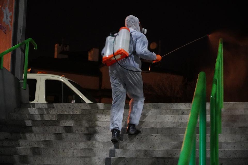 Pracownicy Miejskiego Zakładu Usług Komunalnych w Sosnowcu podczas prowadzonej w mieście dezynfekcji