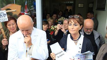 Prof. Bogdan Hazan podczas pikiety swoich zwolenników
