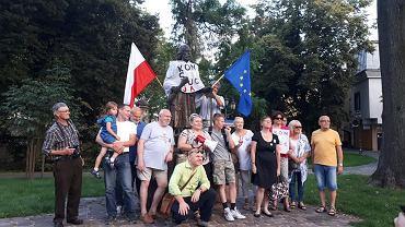 Rebelianty Podkarpackie przed pomnikiem w Rzeszowie