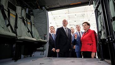 Minister obrony Antoni Macierewicz i premier rządu PiS Antoni Macierewicz z gospodarską wizytą w zakładach PZL Mielec gdzie składane są śmigłowce Black Hawk. Mielec, 10 października 2016