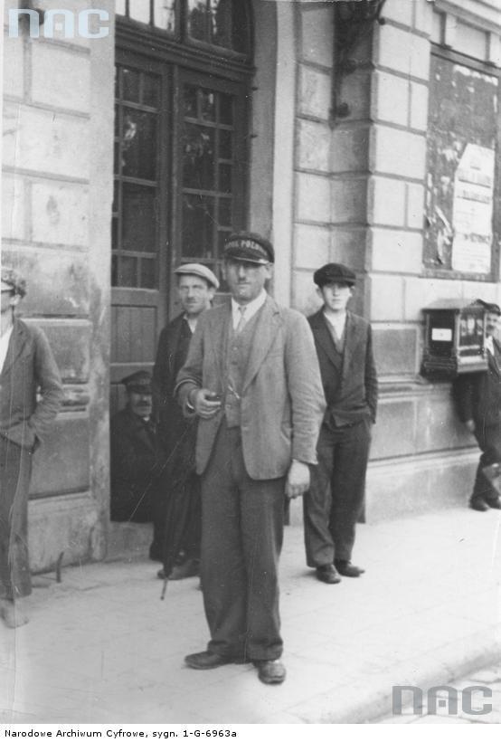 Portier hotelu Polonia przed dworcem w Rzeszowie - 1933 r.