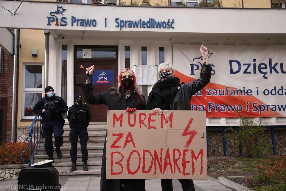 ' Solidarnie, murem za Adamem Bodnarem !'.  Pikieta przed siedzibą PiS