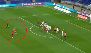 """Kapitalna bramka w hicie Ligue 1. """"Zakręcił tą piłką jak Beckham w 2001"""" [WIDEO]"""