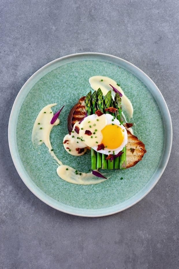 Maślany tost zchałki zblanszowanymi szparagami, jajkiem poche, czipsami zboczku isosem holenderskim.