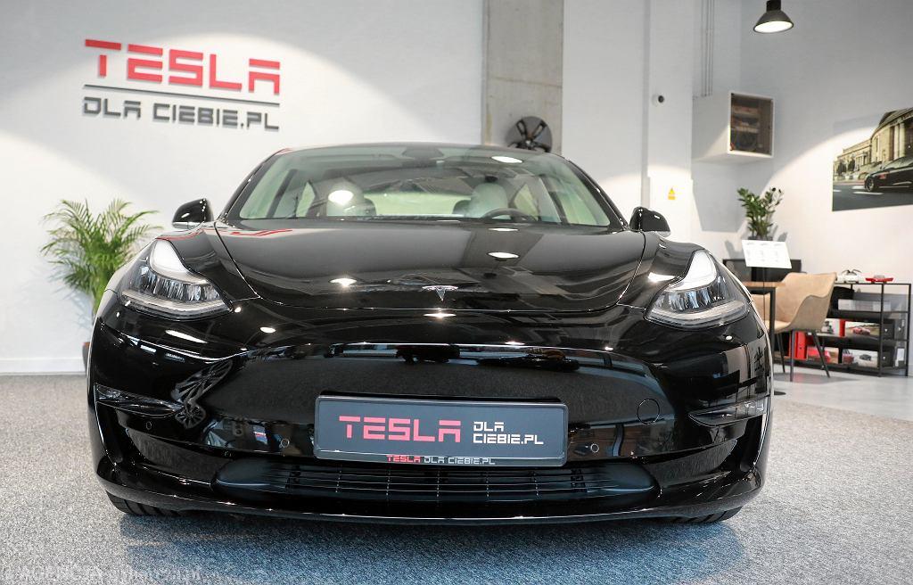Salon samochodowy Tesla w Warszawie.