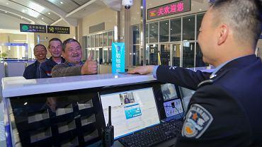 11.06.2019, kazachscy turyści przekraczają granicę kirgisko - chińską w Irkeshtam.