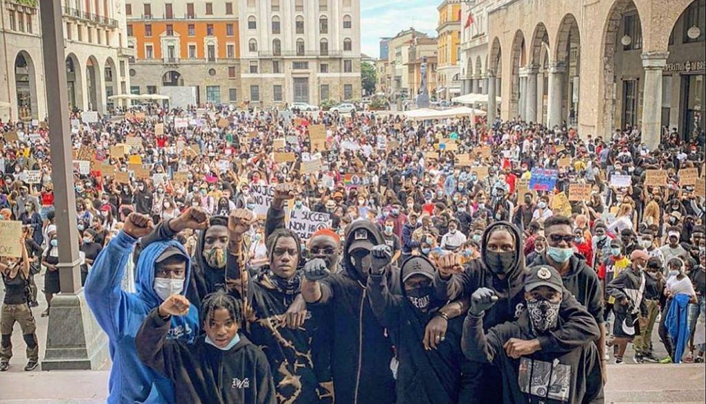 Mario Balotelli ze znajomymi na tle protestu w Brescii