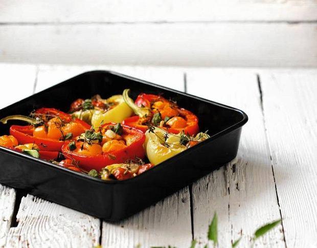 Pieczone papryki z pomidorami i czosnkiem