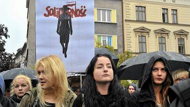 """Znak """"Solidarności"""" na Czarnym Proteście"""