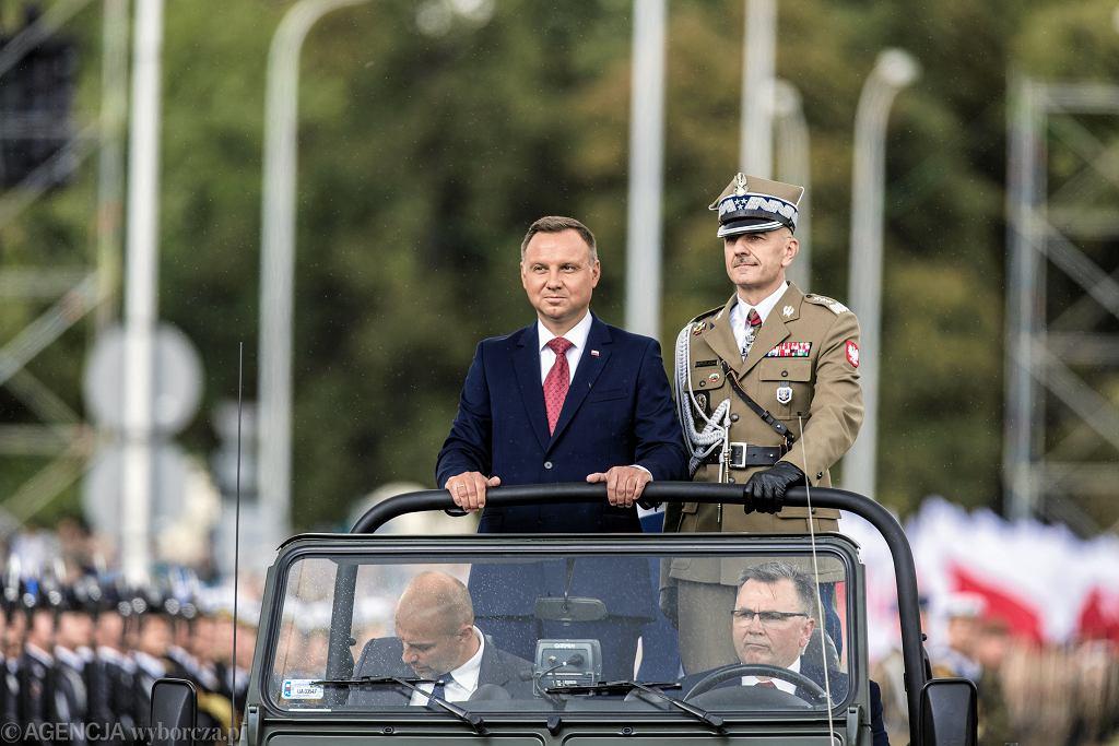 Prezydent Andrzej Duda i Szef Sztabu Generalnego generał Rajmund Andrzejczak, podczas defilady w 2018 roku