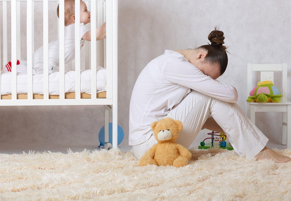 Depresja poporodowa to zaburzenie nastroju, które charakteryzuje się występowaniem objawów epizodu depresyjnego po porodzie. Pojawia się w pierwszym roku od narodzenia dziecka, najczęściej w ciągu pierwszych 6 tygodni po porodzie.