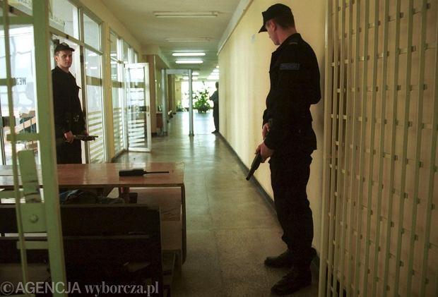 19.04.2000 KRAKOW SA OKREGOWY W KRAKOWIE ROZPRAWA W SPRAWIE ZLODZEI ZEZNAJE SWIADEK KORONNY WEJSCIA STRZEGA POLICJANCI Z BRONIA I BRAMKA DO WYKRYWANIA METALU                                               FOT. KRZYSZTOF KAROLCZYK AGENCJA GAZETA
