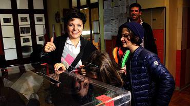 Justyna Glusman podczas głosowania w wyborach samorządowych