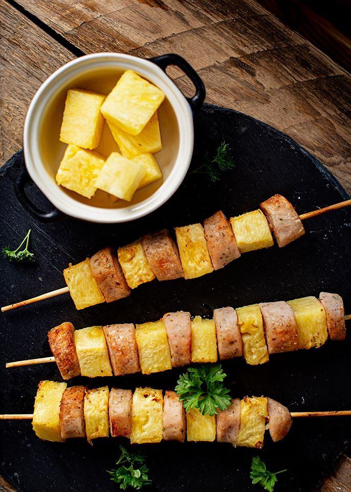 Szaszłyki z białą kiełbasą i ananasem