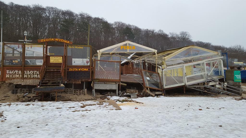 Z zagrożeniami brzegowymi w pierwszej kolejności zmagają się zabudowania lokowane w bezpośrednim sąsiedztwie plaży. Przykład zniszczonych przez morze smażalni w Międzyzdrojach po przejściu głębokiego niżu o imieniu Aleks (Międzyzdroje, 2017.04.08).