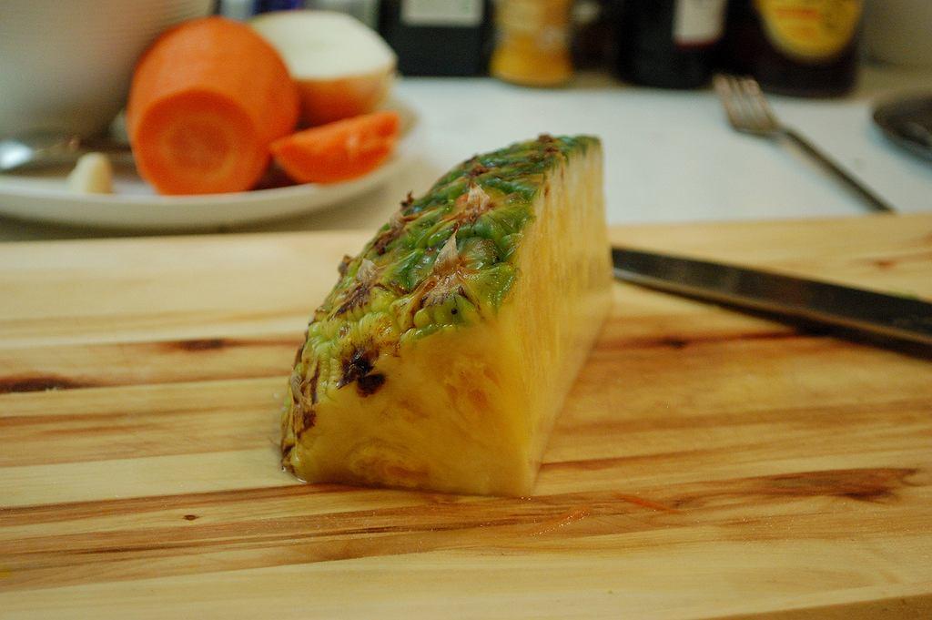Ból i szczypanie po zjedzeniu świeżego ananasa to efekt działania enzymu, którego najwięcej jest w twardytm rdzeniu owocu.
