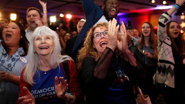Wybory w USA. 84-letnia Sydney Crawford i siedemdziesięciolatka JoAnn Loulan cieszą się z wyników. Wieczór wyborczy Demokratów, Portola Valley, Kalifornia, 6 października 2018