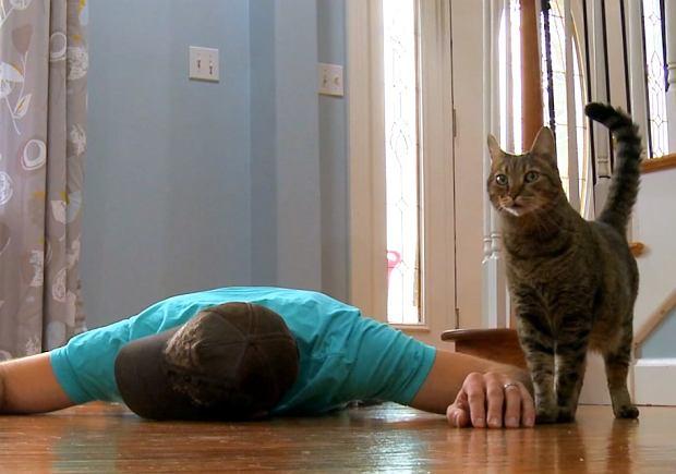 Jak kot zareaguje na twoją śmierć? Ten mężczyzna to sprawdził