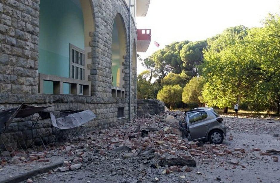 Zniszczony budynek uniwersytetu w Tiranie