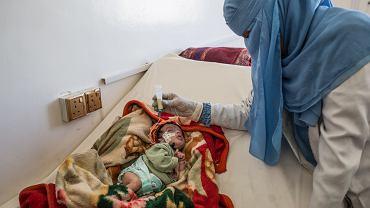 Noworodek trafił do szpitala z powodu skrajnego niedożywienia. Dziecko miało problemy z oddychaniem. Jego matka, by opłacić dojazd do szpitala, musiała sprzedać butlę z gazem, używanym do gotowania