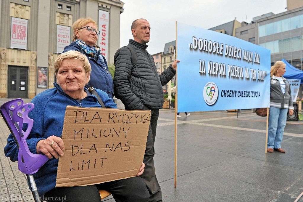 Protest matek dorosłych osób niepełnosprawnych na rynku w Katowicach