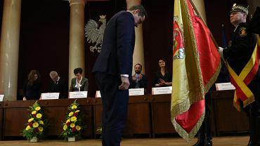 Prezydent Warszawy Rafał Trzaskowski po złożeniu przysięgi pokłonił się sztandarowi miasta
