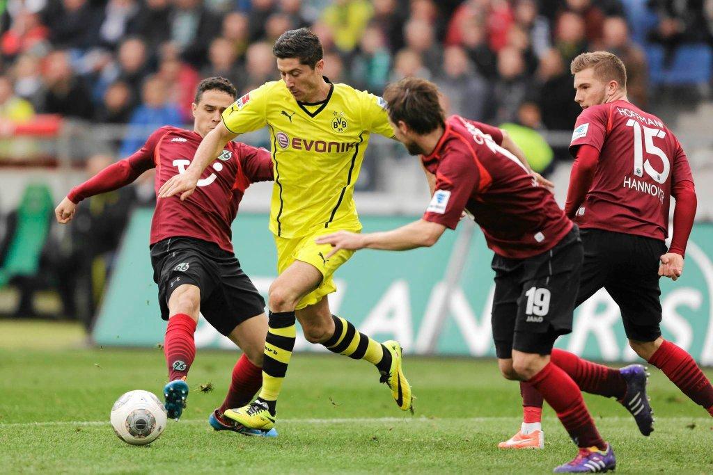 Robert Lewandowski strzela gola w meczu z Hannoverem