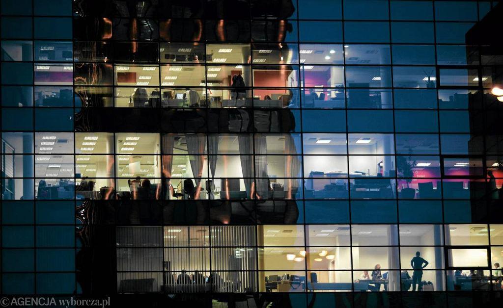 Pracownicy w warszawskim biurowcu