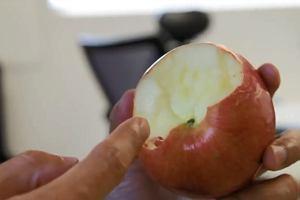 Jak jeść jabłko, aby zmarnować jak najmniej? Prawdopodobnie całe życie robiłeś to źle