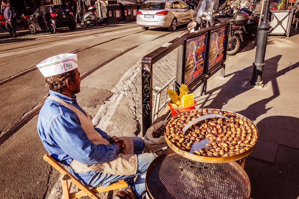 Sprzedawca pieczonych kasztanów na ulicy w Rzymie