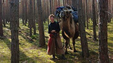 Edmée wykupiła 10-letniego wielbłąda z cyrku w Nicei. Teraz idzie z nim do Mongolii