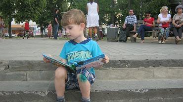 Dziecko z książką - zdjęcie ilustracyjne