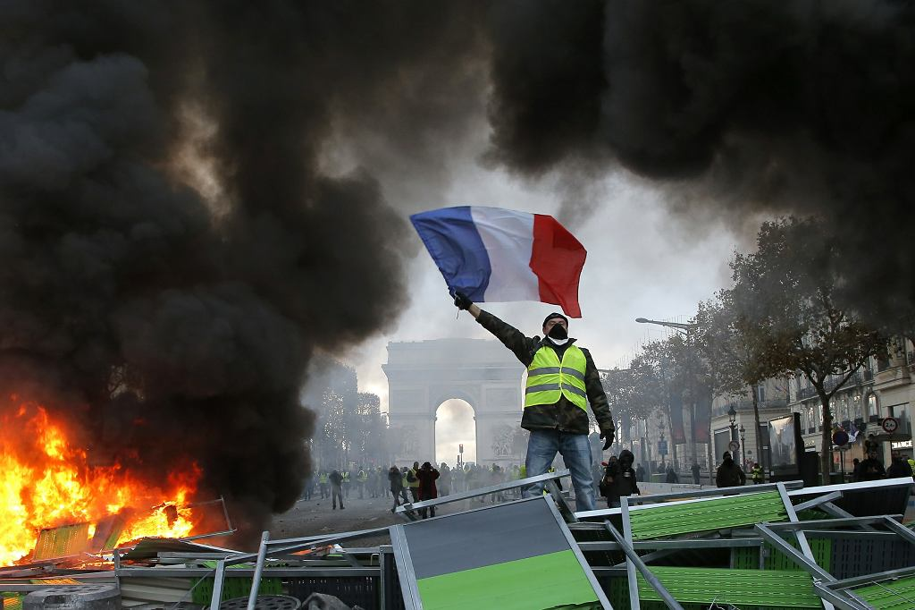 Zamieszki ruchu 'żółtych kamizelek', barykada na Polach Elizejskich, Paryż, 24 listopada 2018
