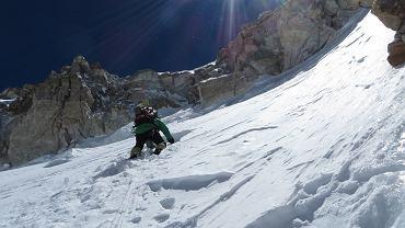 Alex Txikon prowadzi pierwszy ze swoich trzech wyciągów w ''Bastionie'' - wysokość ok. 7500 metrów. ''Bastion'' przeszliśmy nowym wariantem, bezpiecznym od seraków i lawin, ale trudnym technicznie.