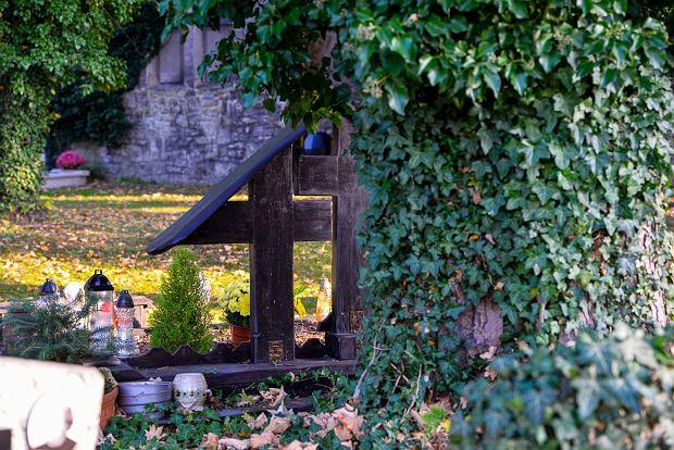 Zdjęcie numer 27 w galerii - 1 listopada w Bielsku-Białej. Kwiaty, wieńce i znicze na grobach [ZDJĘCIA]