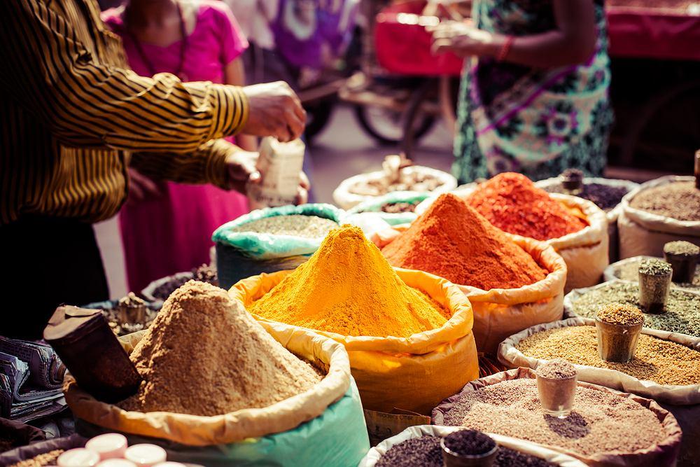 Tradycyjne przyprawy i suche owoce na lokalnym bazarze w Indiach