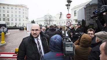 19.12.2016 , Jarosław Olechowski jako dziennikarz Wiadomości TVP pod Sejmem