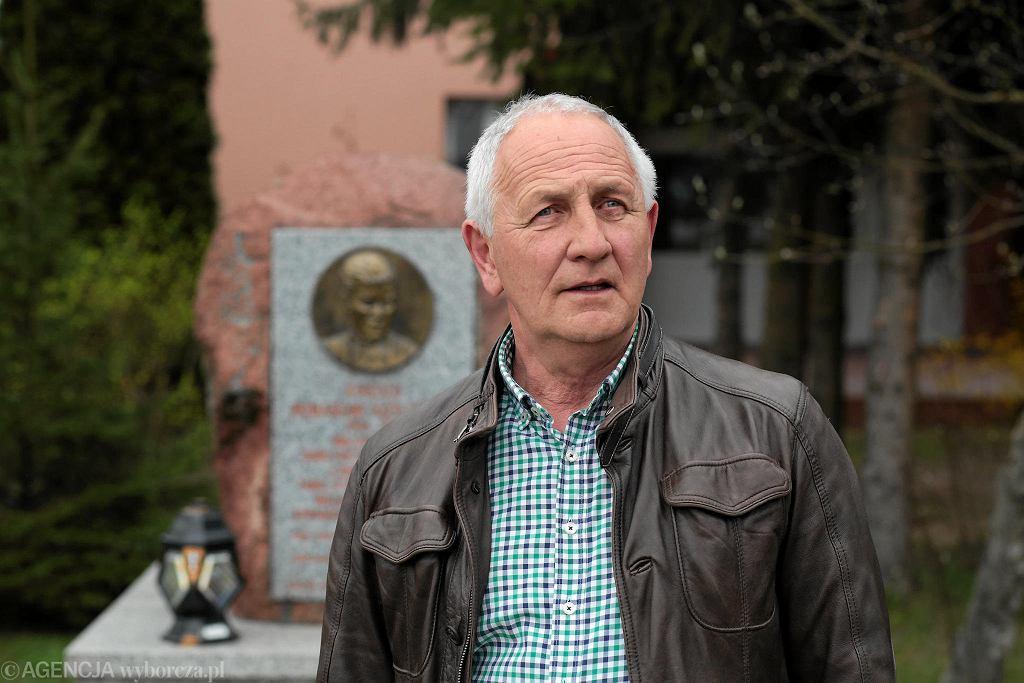 Koniemłoty, Andrzej Kruzel przed pomnikiem ks. Romana Kotlarza