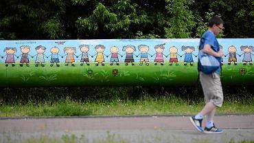 Warszawa. Na naprawionym po ataku ksenofobów muralu są tylko dzieci o jasnym kolorze skóry. Wcześniej białe dzieci trzymały się za ręce z ciemnoskórymi