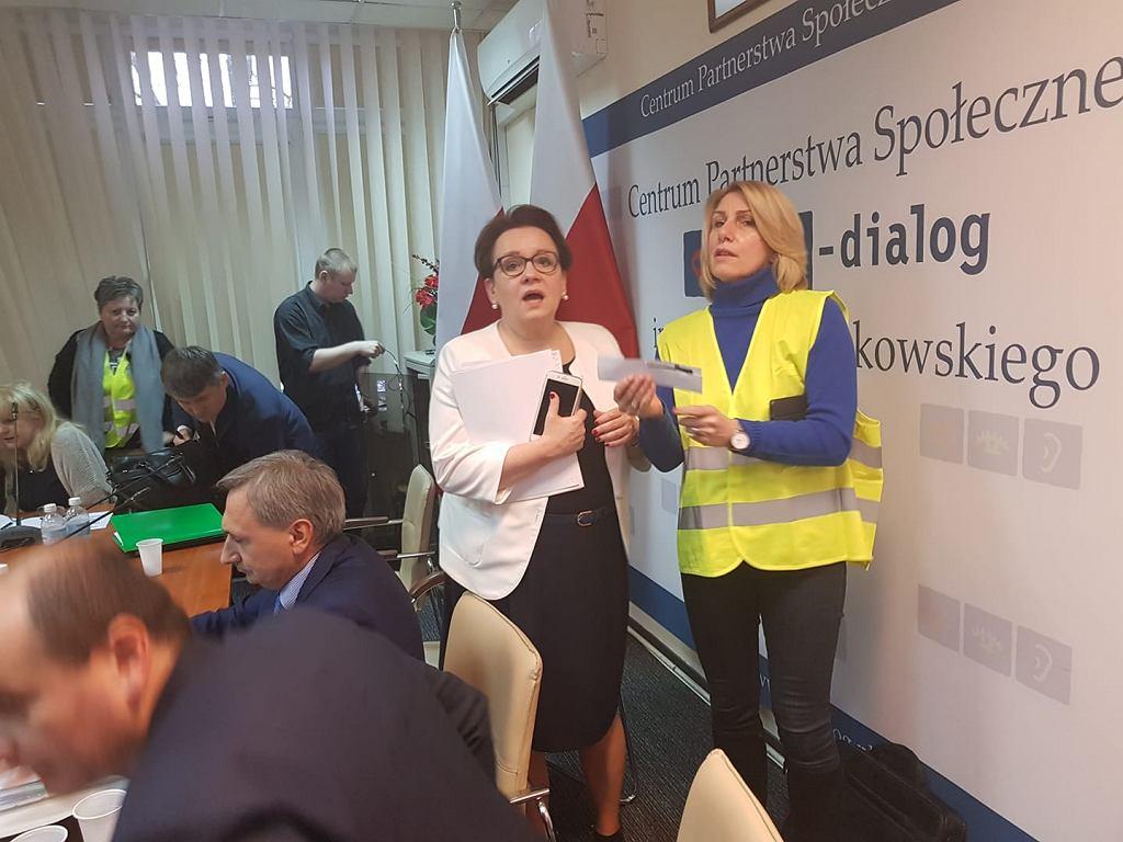 Anna Zalewska spotkała się z nauczycielami ws. podwyżek pensji. Rozmowa bez porozumienia