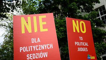 Pikieta Akcji Demokracja przed budynkiem KRS