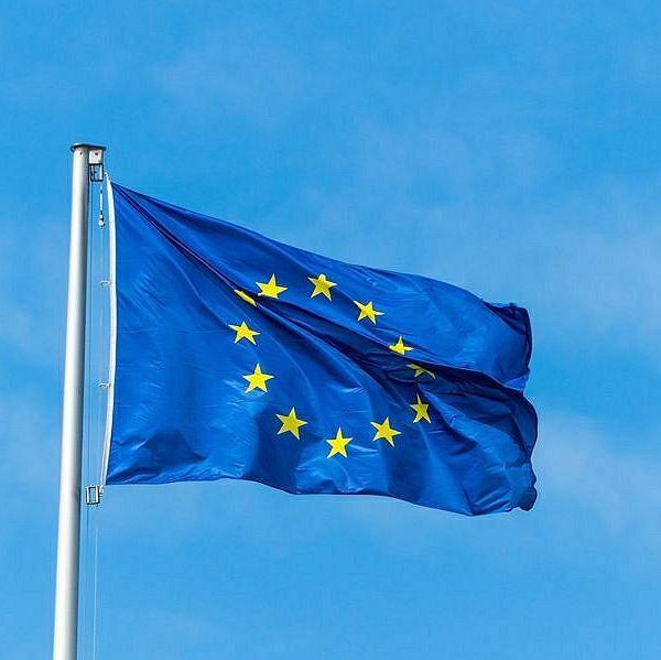 https://bi.im-g.pl/im/2e/49/16/z23371054ICR,Flaga-Unii-Europejskiej.jpg